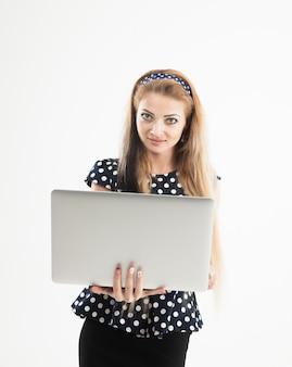 Zelfverzekerde vrouwelijke beheerder met een opengeklapte laptop