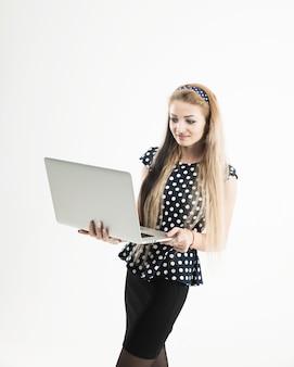 Zelfverzekerde vrouwelijke beheerder met open laptop