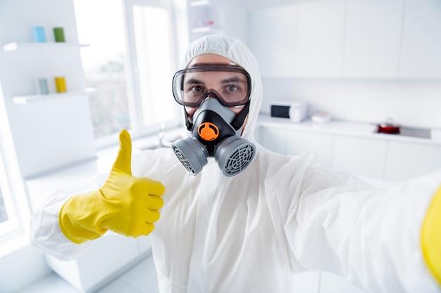 Zelfverzekerde werkerreiniger in chemisch hazmat-pak tegen covid19