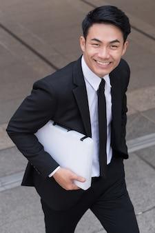 Zelfverzekerde zakenman die tot succes intensiveert