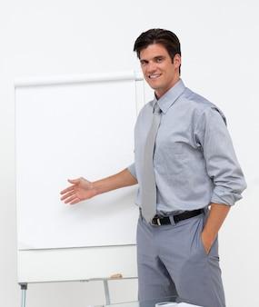 Zelfverzekerde zakenman wijzend op een bord
