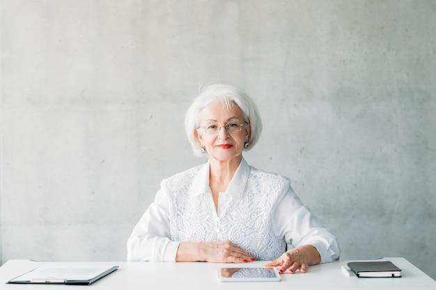 Zelfverzekerde zakenvrouw. volwassen vrouwelijke baas. kracht en succes
