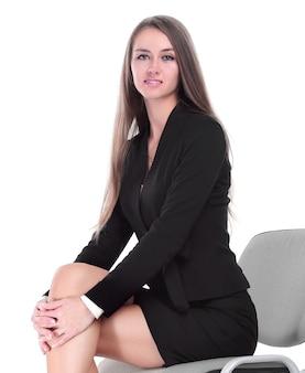 Zelfverzekerde zakenvrouw zittend op een bureaustoel. geïsoleerd op witte achtergrond
