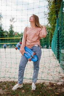 Zelfvoldane skater meisje stedelijke sport jeugd levensstijl