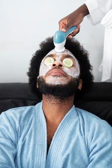 Zelfzorg aan huis met mondkapje