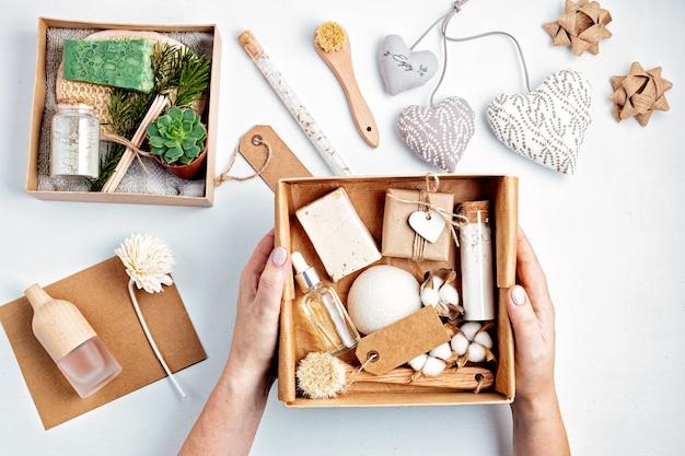 Zelfzorgpakket en seizoensgeschenkdoos voorbereiden met zero waste-cosmeticaproducten