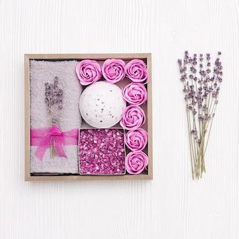 Zelfzorgpakket voorbereiden, geschenkdoos met lavendelaroma met aanwezige cosmeticaproducten voor familie en vrienden.