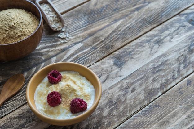 Zemelenhaver met yoghurt op houten achtergrond