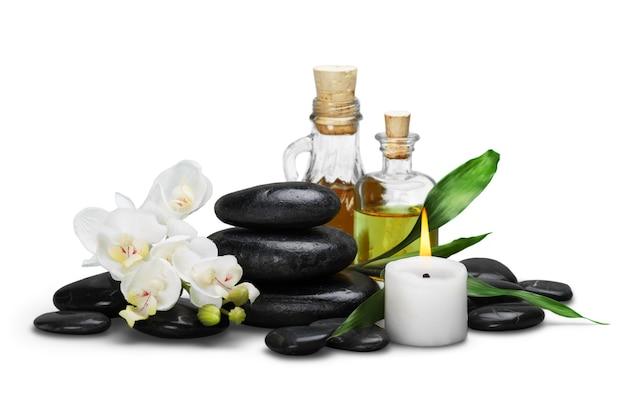 Zen basaltstenen en aroma-olie op het wit