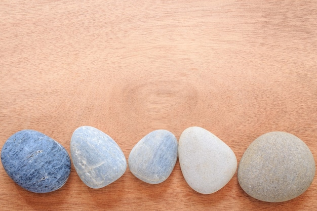 Zen en spa steen op de vlakte houten met exemplaar ruimtegebied.
