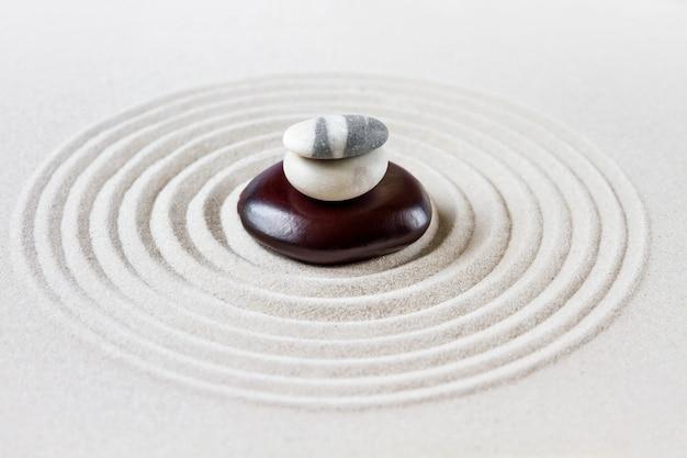 Zen japanse tuin, in evenwicht brengende stenen