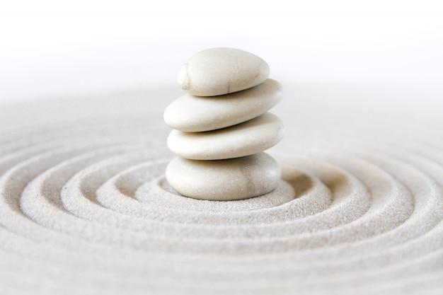 Zen japanse tuin met in evenwicht brengende stenen