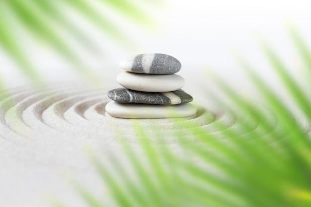 Zen natuurlijke japanse tuin met in evenwicht brengende stenen