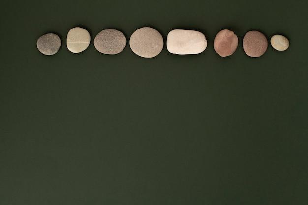 Zen stenen gestapeld op groene achtergrond in gezondheids- en welzijnsconcept