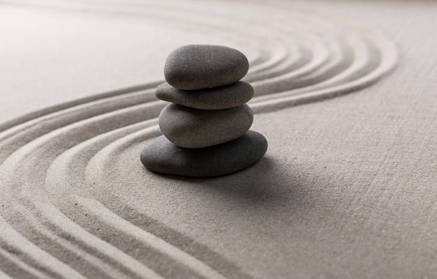 Zen-stenen tuin rond steen en geharkt zand