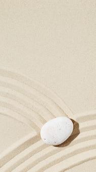 Zen tuin meditatie zandachtergrond met kopie ruimte witte steen en lijnen op zand