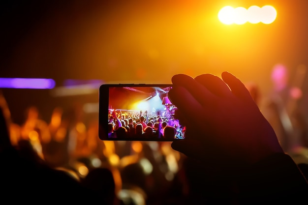 Zend live stream van het concert uit via mobiele telefoon