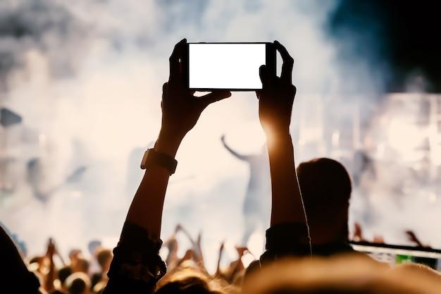 Zend livestream van het concert uit via mobiele telefoon naar internet.