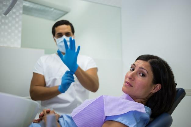 Zenuwachtige vrouw in de tandartskliniek