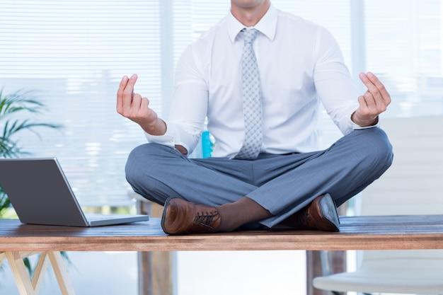 Zenzakenman die yogameditatie doet