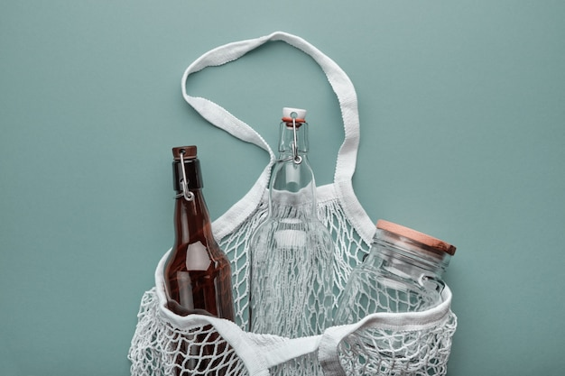 Zero waste boodschappen concept. katoenen tassen, glazen flessen en pot.