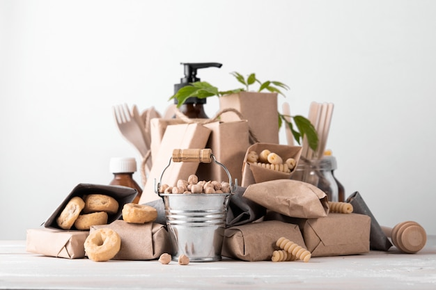 Zero waste concept, zonder plastic. set natuurlijke huis- of keukenaccessoires. zorg dragen voor het milieu.
