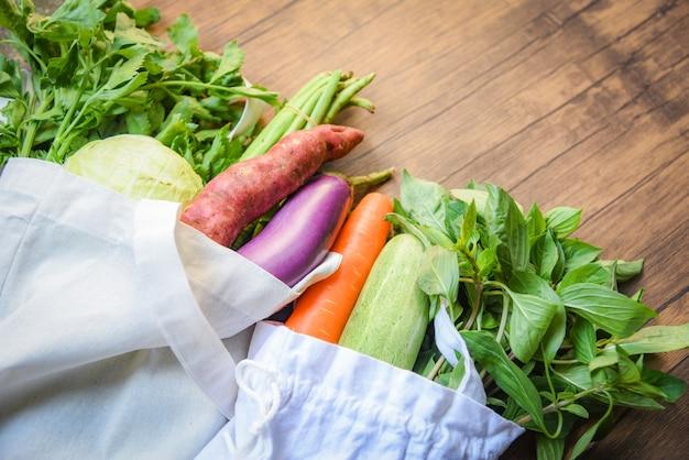 Zero waste gebruik minder plastic, zegt geen plastic zakconcept groenten in ecokatoen