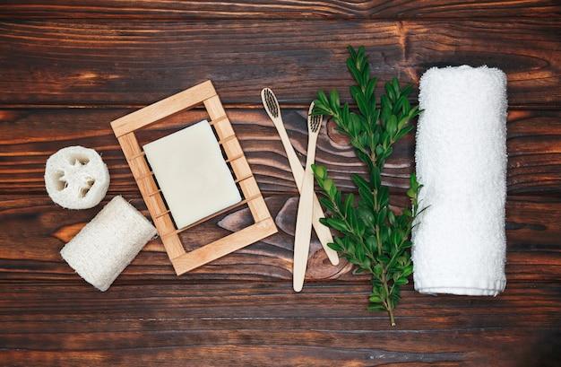 Zero waste. natuurlijke eco bamboe tandenborstel, kokoszeep, stevige shampoo