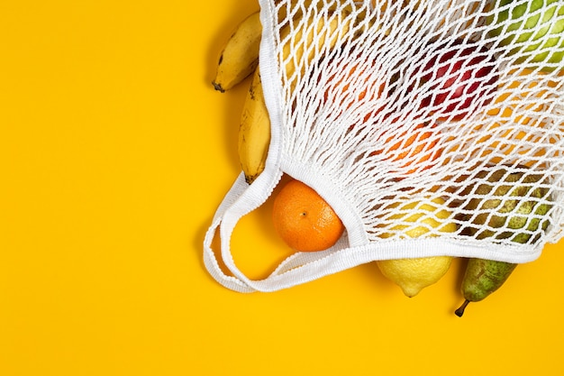 Zero waste plasticvrij concept. vers fruit in een mesh net tas, bovenaanzicht met copyspace.