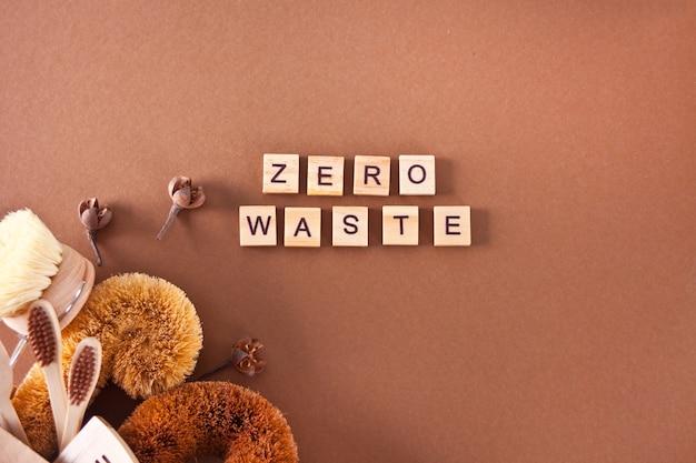 Zero waste-reiniging, plasticvrije eco natuurlijke kokosborstels voor de afwas, kam, tandenborstel, glazen rietjes, eco-vriendelijke platliggend.