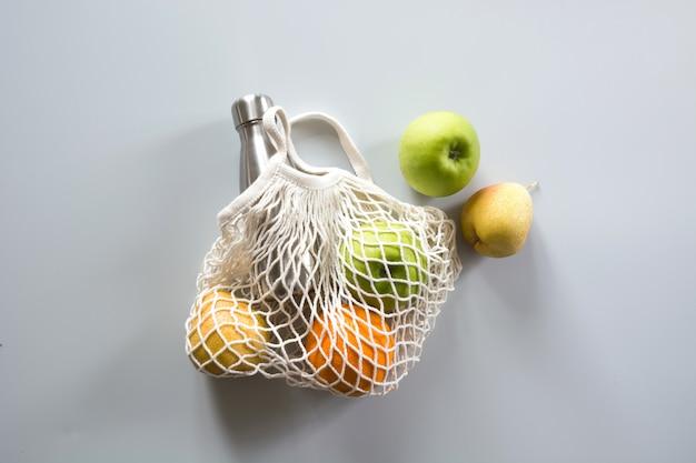 Zero waste. winkelen textiel tas met voedsel.