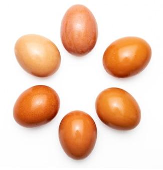 Zes (6, een half dozijn) rauwe en verse eieren. geïsoleerd.