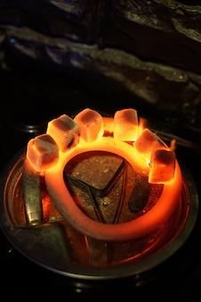 Zes kolen voor waterpijpverwarming op het fornuis