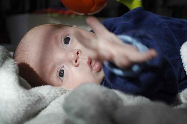 Zes maanden oude premature baby kijkt naar voren