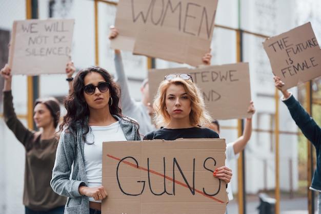Zes mensen. een groep feministische vrouwen protesteert buitenshuis voor hun rechten