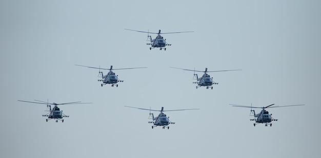 Zes militaire helikopters in de lucht. militaire luchtvaarteenheid