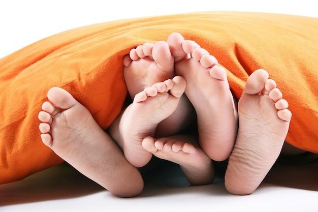 Zes voet onder de deken op wit