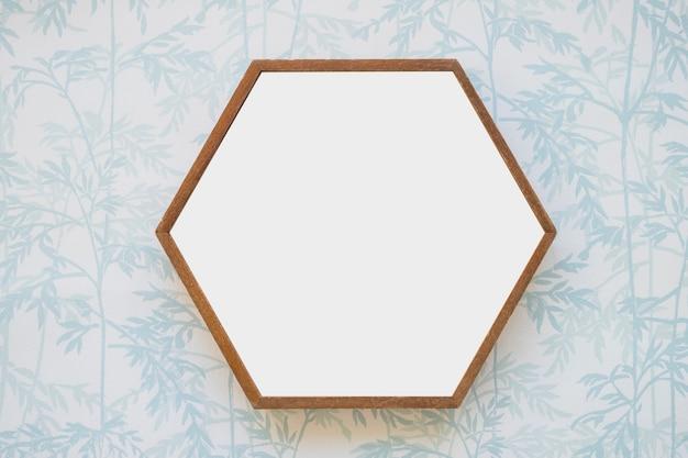 Zeshoekige witte frame op behang
