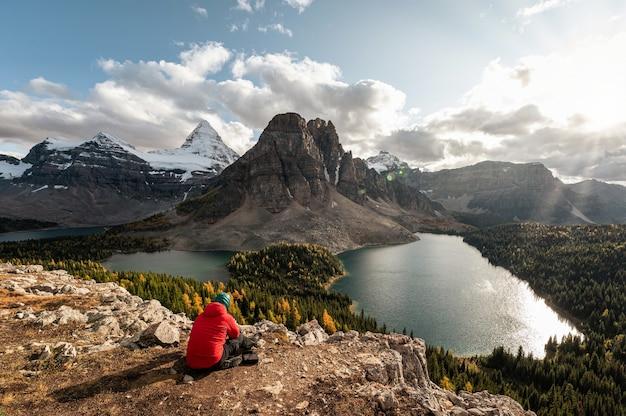 Zet assiniboine op met rotsachtige bergen en meer in de herfstbos bij provinciaal park