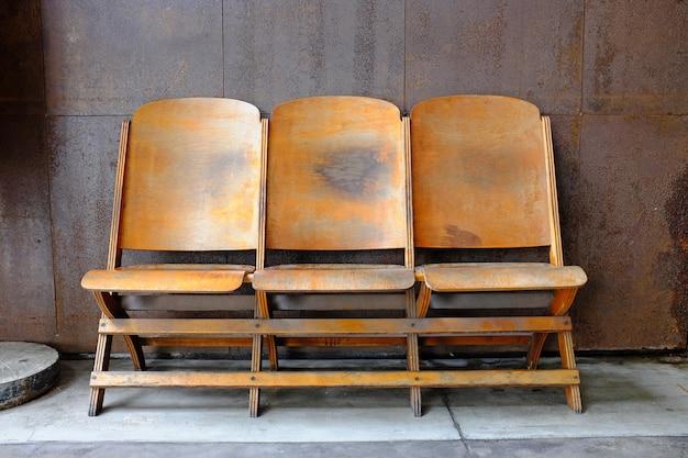 Zet drie houten stoelen op het balkon.