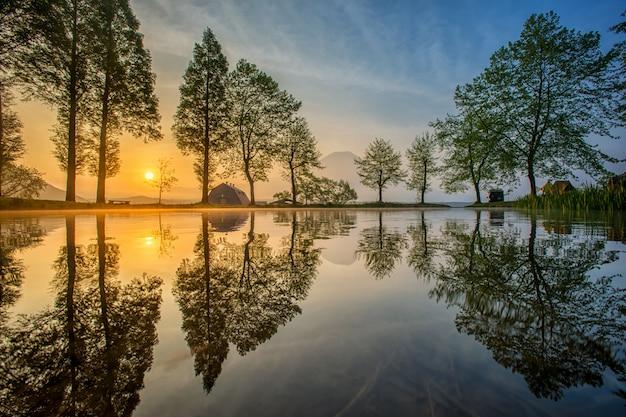 Zet fuji op die in meer, japan wordt weerspiegeld.