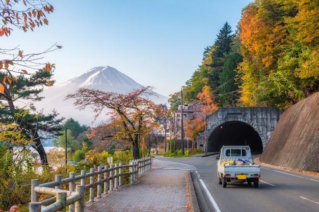 Zet fuji op meer met de herfsttuin op tunnel in kawaguchiko-meer bij ochtend op