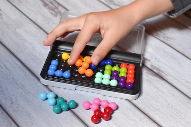 Zet snel een puzzel op het geheugen. ontwikkel geheugen en motorische vaardigheden. intellectueel spel