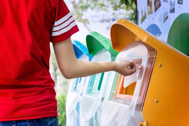 Zet vuilnis in de vuilnisbak door de classificatie van afval. milieuvriendelijk concept