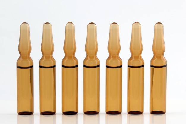 Zeven medische glazen ampullen voor injectiedrug
