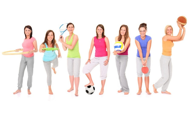 Zeven meisjes die verschillende sporten over wit presenteren