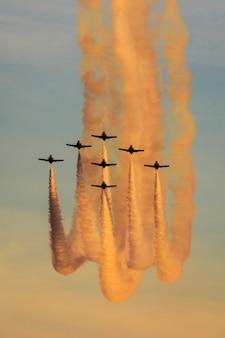 Zeven vliegtuigen in de lucht die een tentoonstelling maken