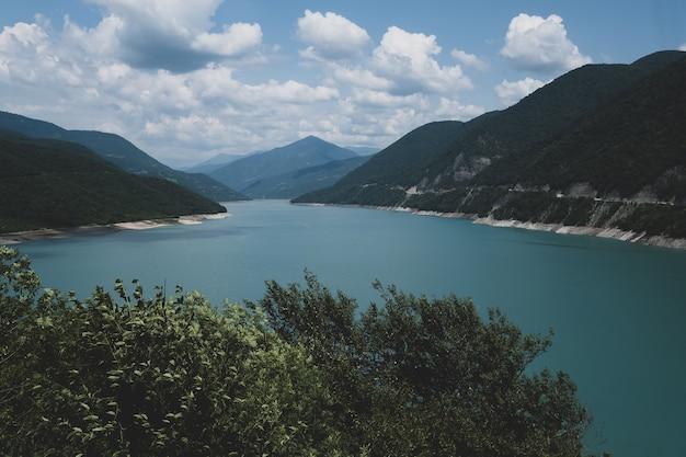 Zhinval waterreservoir op de rivier aragvi in georgië. bergen van de kaukasus