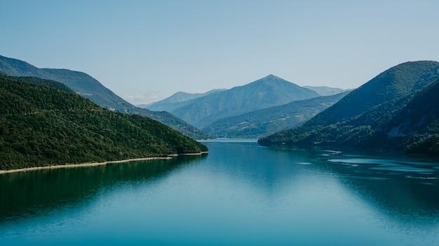 Zhinvali stuwmeer landschap met bergen. de belangrijkste kaukasus-rug.