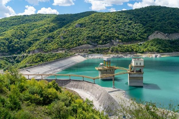 Zhinvali waterreservoir. dam in de bergen. industrie